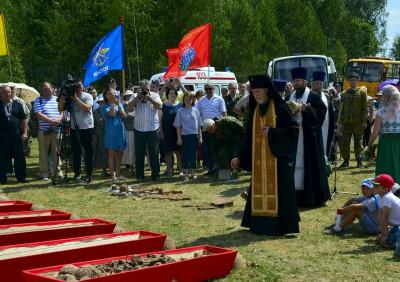 На мемориале в Барсуках прошла церемония захоронения останков 46 солдат и офицеров